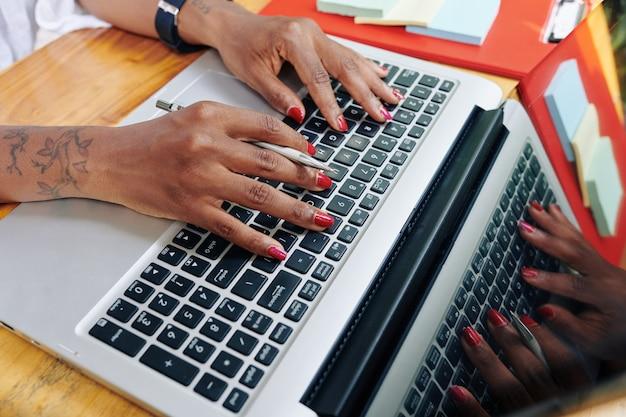 Empresária trabalhando online