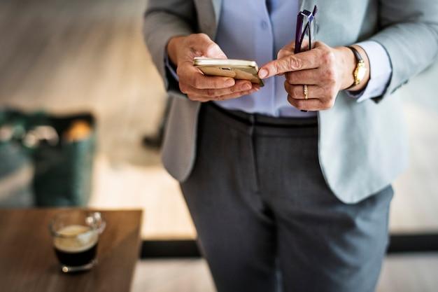 Empresária trabalhando remotamente de um café
