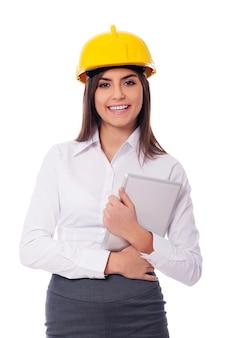 Empresária usando capacete segurando um tablet digital