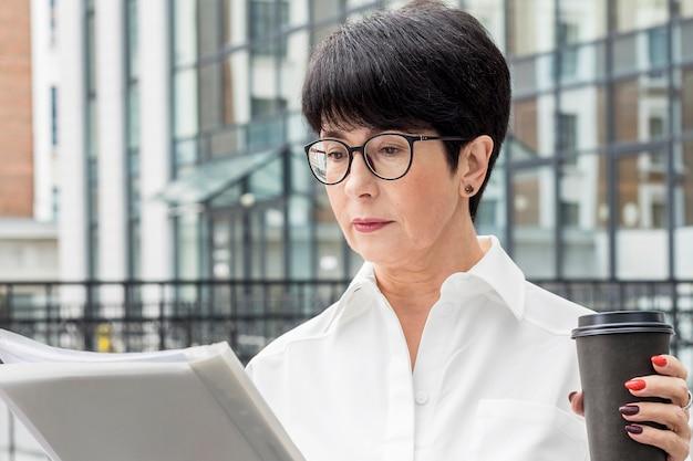 Empresária usando óculos de leitura