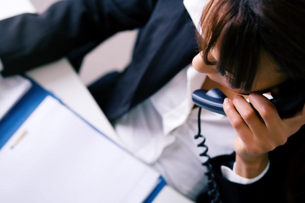 Empresária usando telefone