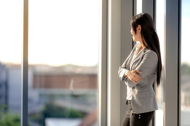Empresária, vestindo um terno e permanente no escritório