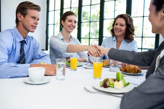 Empresárias, apertando as mãos