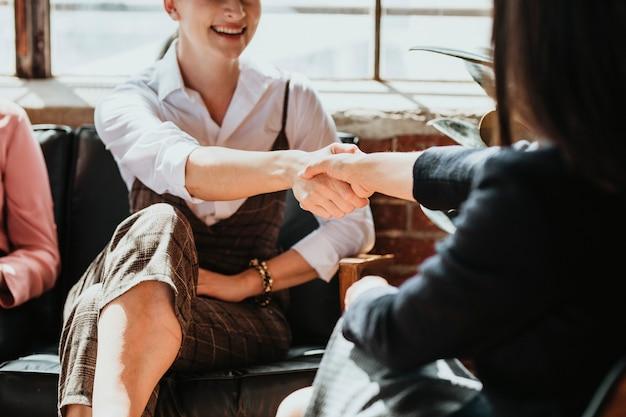 Empresárias cumprimentando cumprimentando-se apertando as mãos
