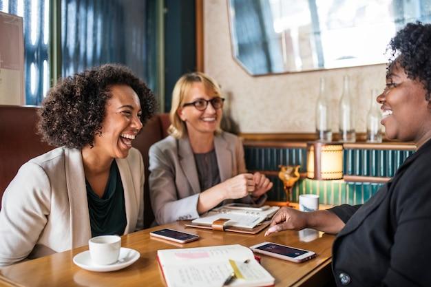 Empresárias discutindo e se divertindo