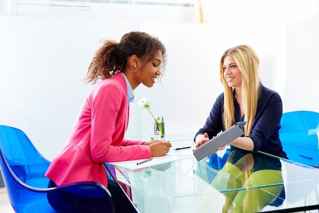 Empresárias entrevista reunião multi étnica