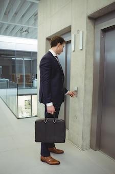 Empresário à espera de um elevador