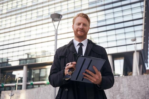 Empresário adulto baleado em ambiente urbano