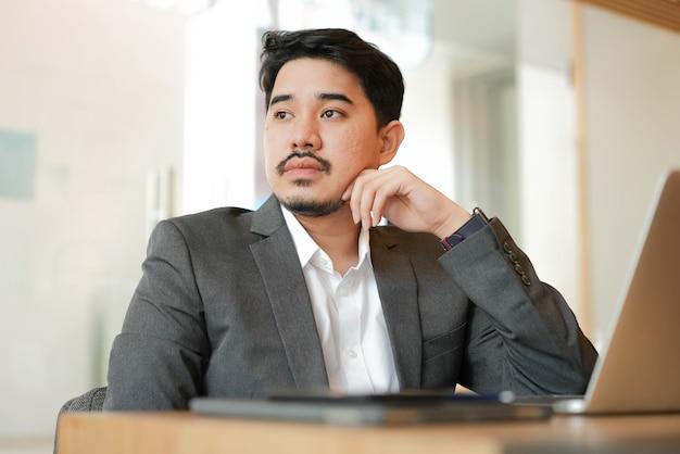 Empresário adulto do oriente médio pensando em uma nova ideia para uma visão do futuro conceito de negócios