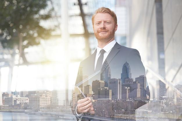 Empresário adulto morto em ambiente urbano