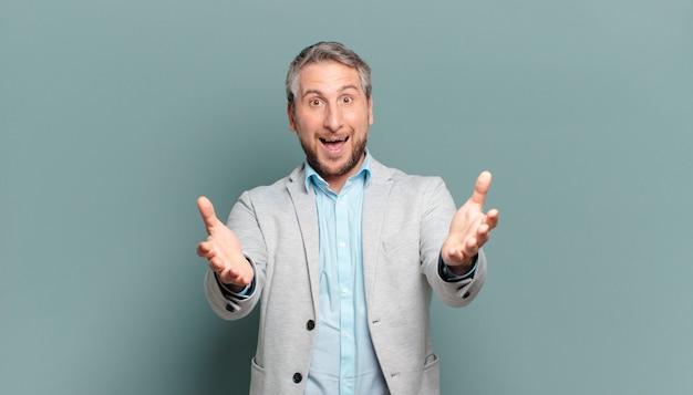 Empresário adulto se sentindo feliz, surpreso, sortudo e surpreso, como dizer omg sério? inacreditável