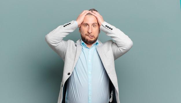 Empresário adulto se sentindo frustrado e irritado, cansado do fracasso