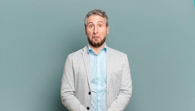 Empresário adulto sentindo-se triste e estressado, chateado por causa de uma surpresa ruim, com um olhar negativo e ansioso