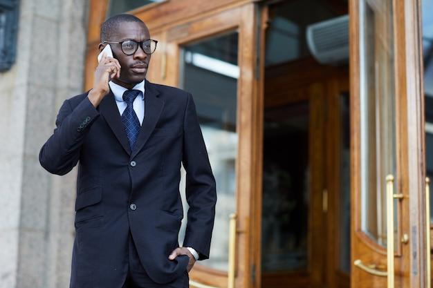 Empresário africano bonito