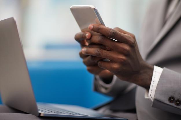 Empresário africano trabalhando closeup