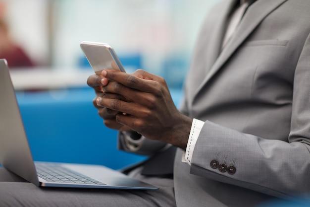 Empresário africano trabalhando perto