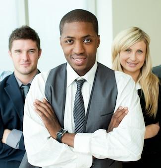 Empresário afro-americano com braços dobrados com seus colegas