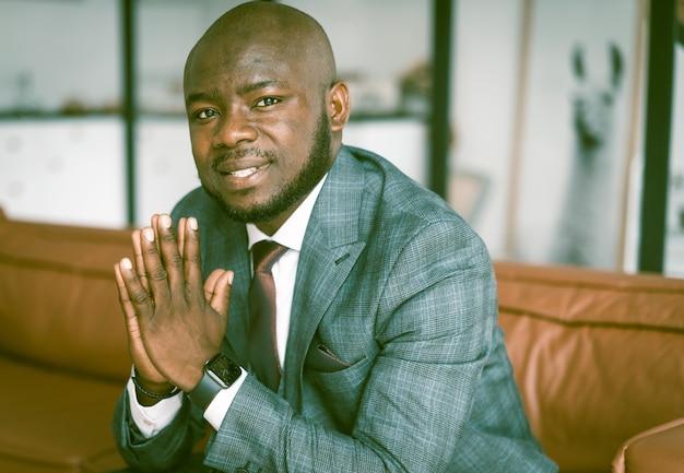 Empresário afro-americano, ele tem sorte e passa bem-sucedido em sua experiência de homem de meia idade ...