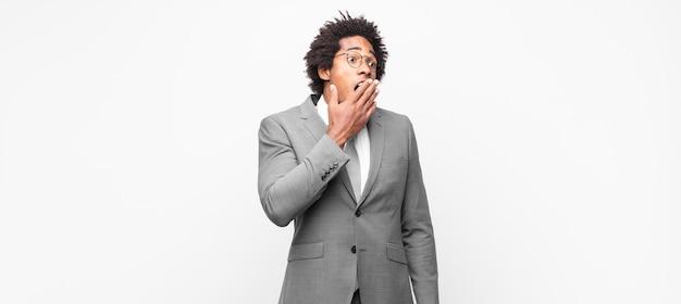 Empresário afro bocejando preguiçosamente no início da manhã, acordando e parecendo sonolento, cansado e entediado