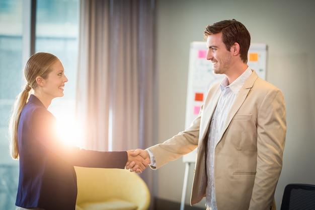 Empresário, agitando as mãos com empresária