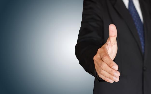 Empresário, agitando as mãos no fundo azul
