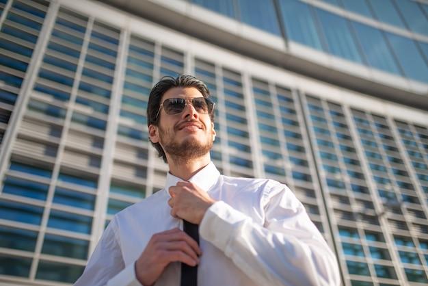 Empresário ajustando sua gravata