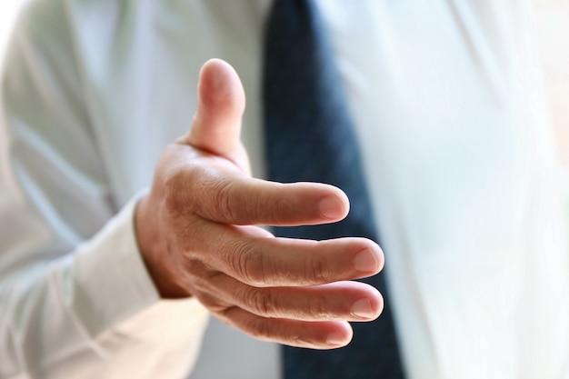 Empresário alcance mão para aperto de mão