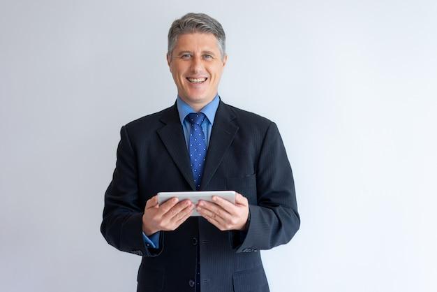 Empresário alegre feliz em definir novo aplicativo de pc móvel