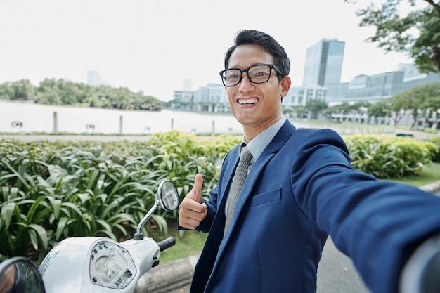 Empresário alegre mostrando o polegar para cima