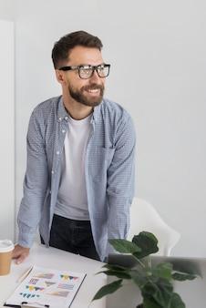 Empresário alegre no escritório
