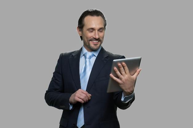 Empresário alegre, tendo o bate-papo por vídeo através do tablet pc. conceito de negócio, tecnologia e comunicação.