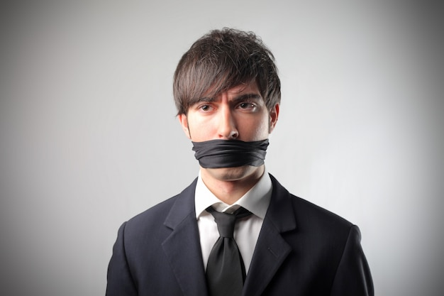 Empresário amarrado não pode falar