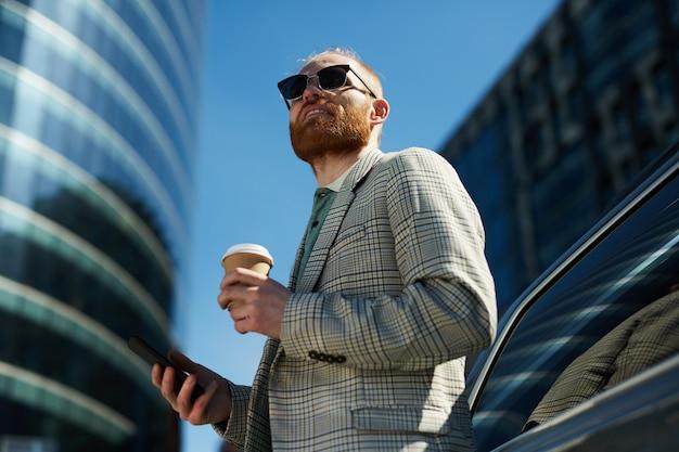 Empresário ambicioso na rua urbana