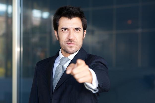 Empresário amigável, apontando o dedo para você