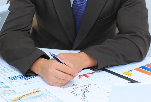 Empresário analisando gráficos de investimento em seu local de trabalho