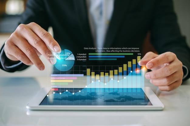 Empresário analisando o relatório financeiro da empresa com gráfico de realidade aumentada
