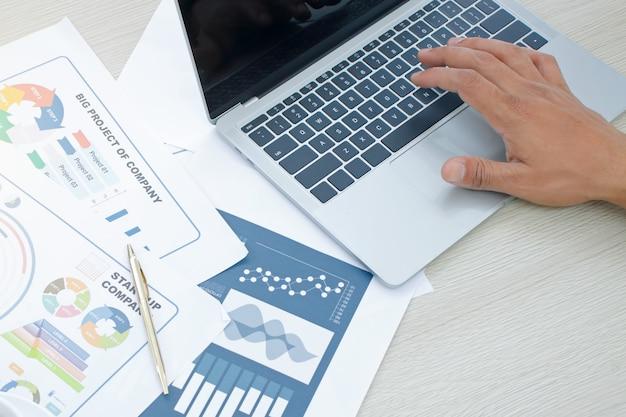 Empresário, analisando tabelas e gráficos de renda. análise de negócios e conceito de estratégia