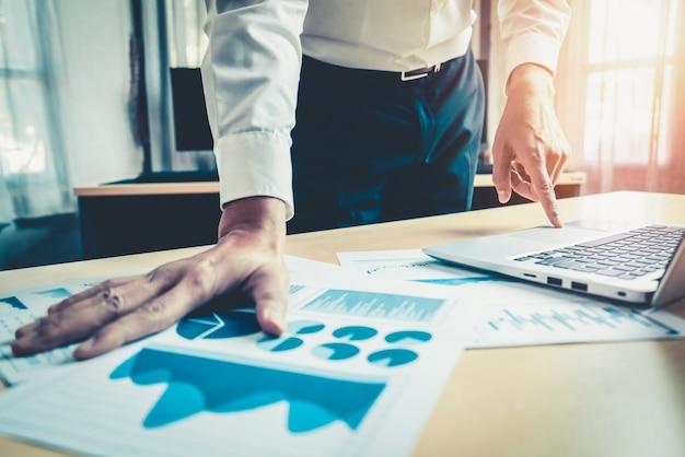 Empresário analisar dados de pesquisa de mercado de ações.