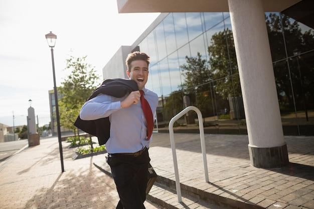 Empresário animado correndo
