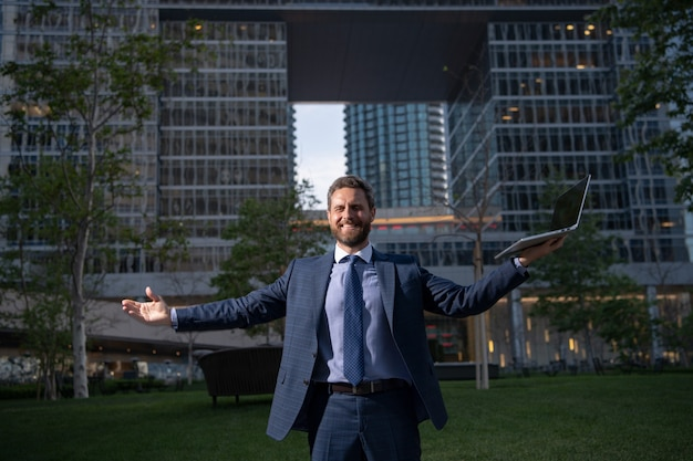 Empresário animado na visão noturna da cidade, ambição de negócios e conceito de visão