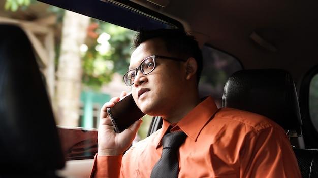 Empresário ao telefone no carro