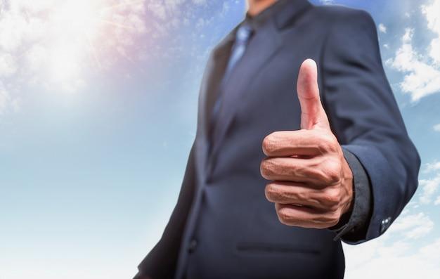 Empresário aparecendo polegares