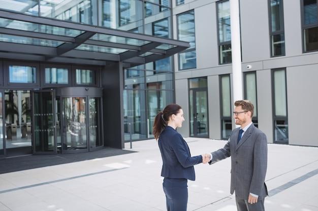 Empresário apertando a mão de um colega