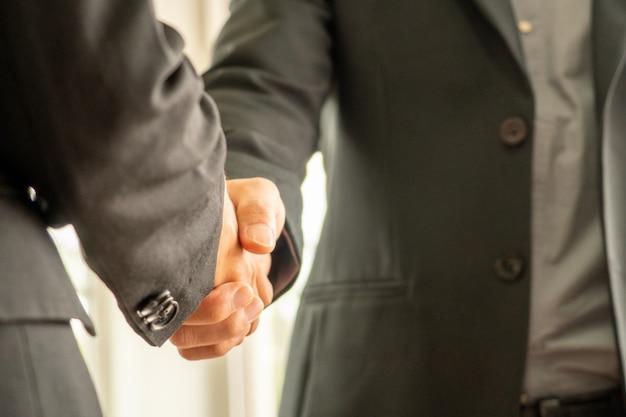Empresário apertando as mãos cada othor, conceito de negócio