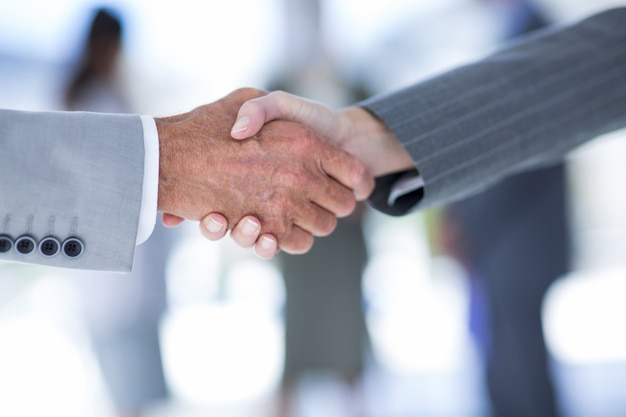 Empresário apertando as mãos com um colaborador