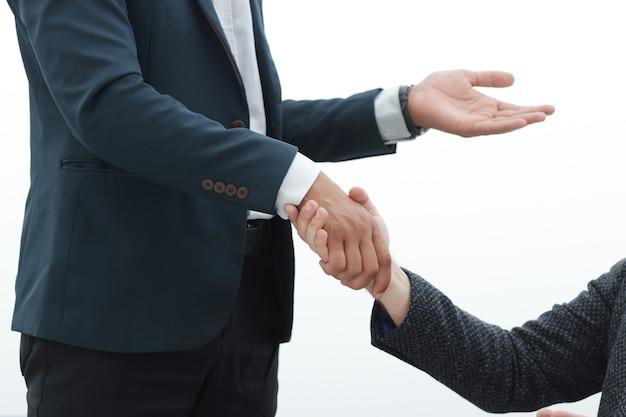 Empresário apertando as mãos de seu parceiro.