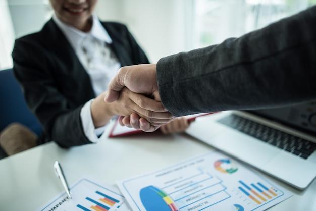 Empresário apertando as mãos para selar um acordo com seu parceiro