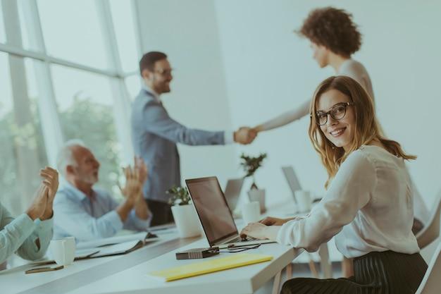 Empresário apertando as mãos para selar um acordo com sua parceira