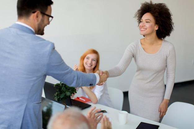Empresário apertando as mãos para selar um acordo