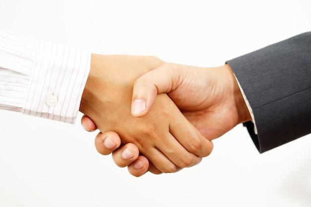 Empresário apertando as mãos pronto para comercializar juntos em países estrangeiros